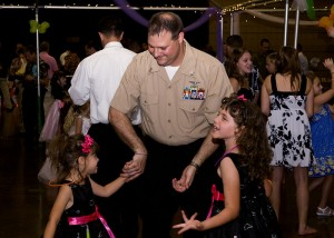 800px-US_Navy_100403-N-6674H-003_Aircrew_Survival_Equipmentman_1st_Class_Jeremy_Simon,_assigned_to_Pearl_Harbor_Naval_Shipyard,_dances_with_his_daughters