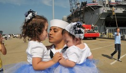 800px-US_Navy_110516-N-QY430-218_Mass_Communication_Specialist_Seaman_Jonathan_Vargas_holds_his_daughters_during_a_homecoming_celebration_for_the_amphibi