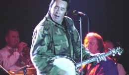 Wayne_Newton_with_banjo_2001