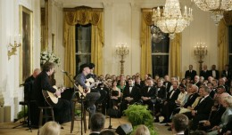 Kenny_Chesney_performs_in_the_East_Room_of_the_White_House
